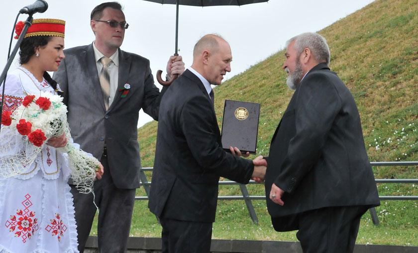Председатель Гродненского облисполкома Владимир Кравцов поздравляет Виктора Ковраха